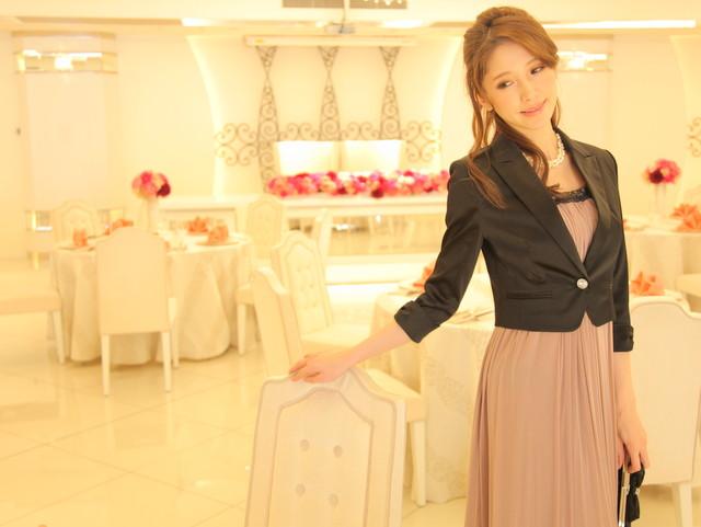 クラシックピンクのドレスに黒のジャケットで落ち着いた雰囲気に