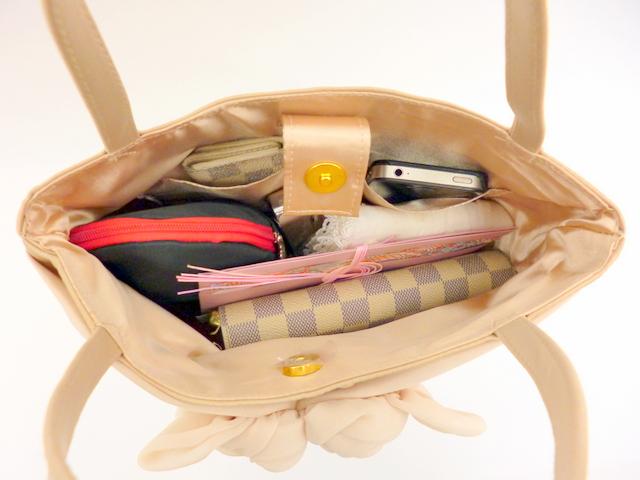 顔合わせには、たっぷり入るバッグがオススメ/ローズモチーフのハンドバッグ