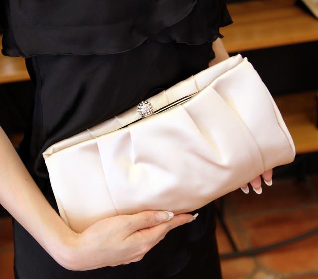 大人女子のための結婚式バッグ選びのコツやマナー/タック入りサテンクラッチバッグ