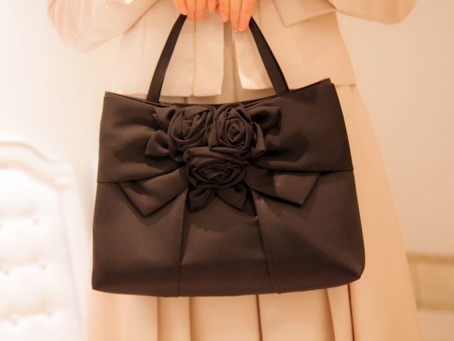 ローズモチーフのハンドバッグ(ブラック)