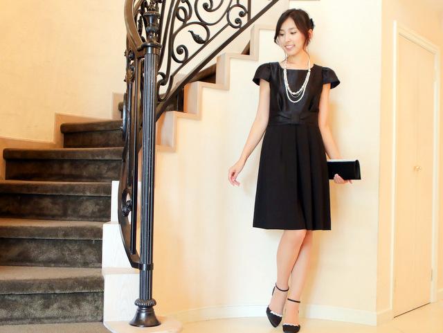 ブラックドレスは小物でアクセントを。