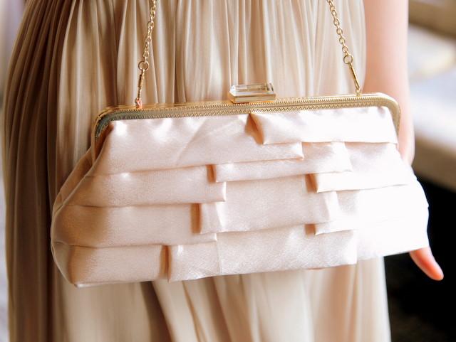大人女子のための結婚式バッグ選びのコツやマナー/サテンティアードバッグ