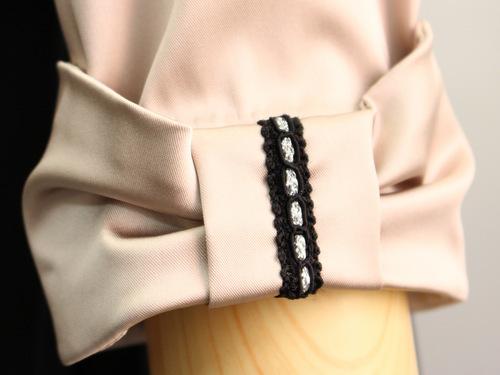 袖に施されたリボンモチーフがさりげない大人可愛さを演出するジャケット