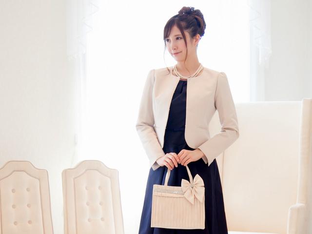 濃色ドレスに引き立つパウダーベージュが華やかなノーカラージャケット
