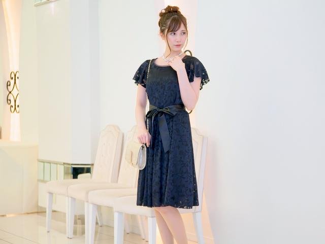 オパール柄が上品なネイビードレス