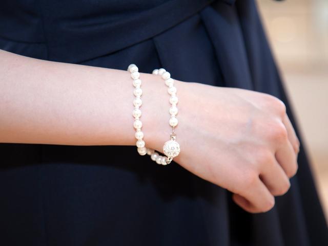白とシルバーを基調とした大人感漂うネックレス。 ロングだけでなく、ショート+ブレスレットとして使える3wayタイプ