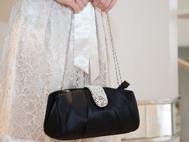 大人女子のための結婚式バッグ選びのコツやマナー/パールとビジューのタックプリーツバッグ