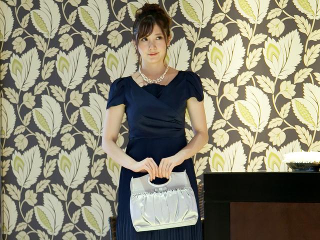 大人女子のための結婚式バッグ選びのコツやマナー/バングルハンドルのリボンギャザーバッグ