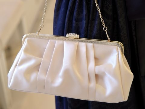 洋服を選ばない合わせやすいベージュのクラッチバッグ