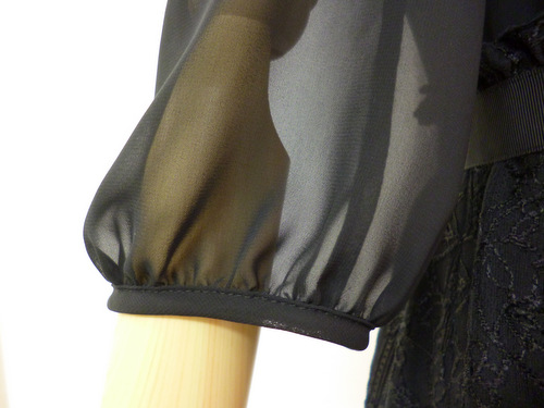 肘まで隠れる七分袖ワンピース
