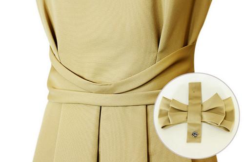 キャメルベージュの色合いがとても素敵なドレス。ウエストリボンは簡単に着脱でき、リボン無しのスタイリングも可能。