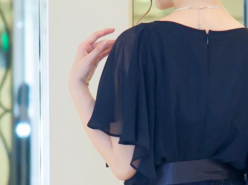 たっぷりギャザーのフリル袖がとてもエレガント。1枚で颯爽と着こなせる大人ドレスとして、幅広い年代層から人気。