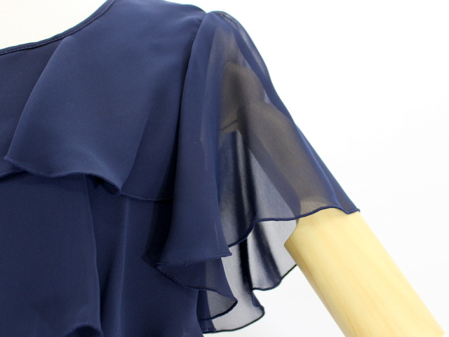 透け素材でも肩を隠せれば1枚着での着用シーンはグンと広がる。