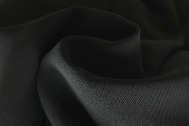 喪服の素材は、フォーマルブラックと呼ばれる黒の深い素材を。