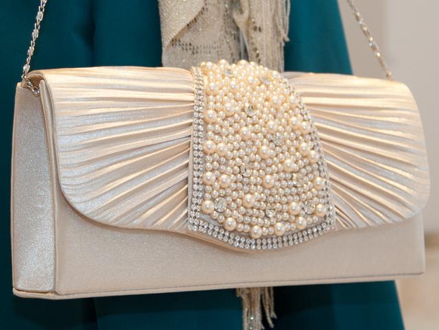 大人女子のための結婚式バッグ選びのコツやマナー/贅沢パールのジュエリープリーツバッグ