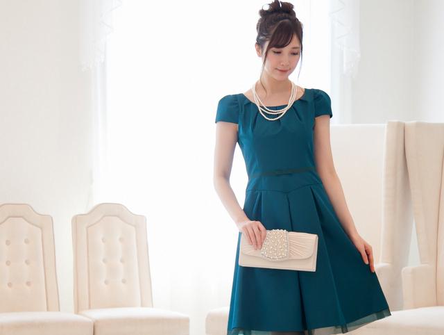 まわりと差をつけるターコイズ&ビビッドグリーンのドレス