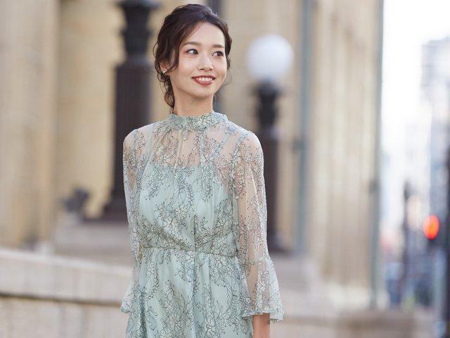 スタンドカラーが凛とした雰囲気のライトグリーンドレス