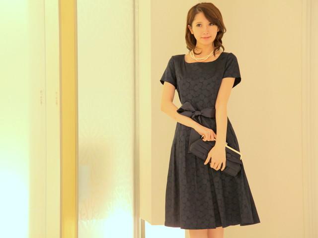 大人かわいい膝下ドレス/織り柄ドットのワンピース/ネイビー