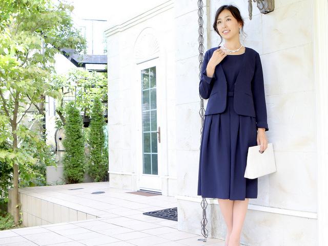 着丈の長いネイビースーツは50代母親に最適!