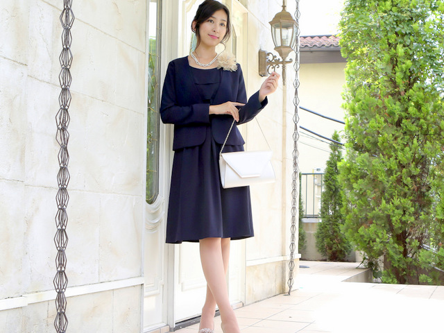 シンプルでありながら華やかなデザインのセレモニースーツ