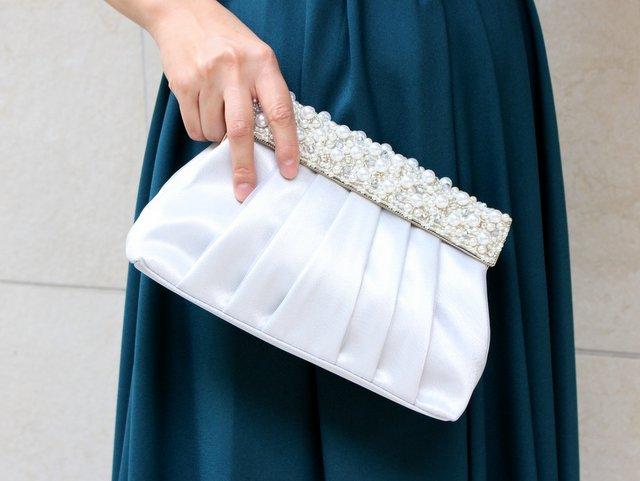 透明感のあるシルバーカラーはおしゃれ上級者カラーのパーティーバッグ