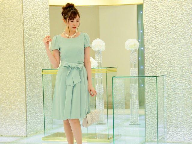 リボンがアクセントになった明るいミントグリーンのドレス
