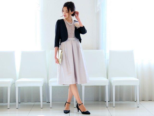 明るめベージュのドレスにはブラックの羽織りが最適!