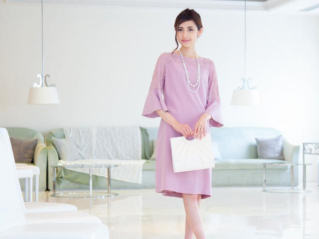 袖ありなので一枚でスマートに着られるピンクのドレス