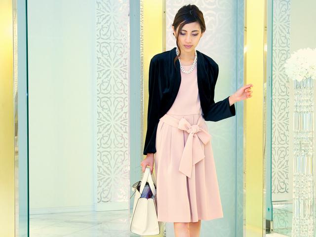 ピンクドレスにブラックを合わせて、甘さを抑えた王道スタイルに。