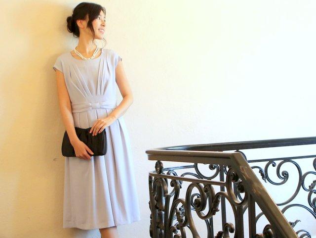 水色ドレスも、暗カラーの小物なら引き締まった印象に。