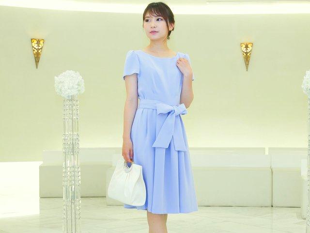 水色ドレスは小物をオフ系の色にするとフェミニン度が増す
