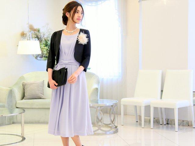 ロング丈の水色ドレスとブラックジャケットで品格のある装いに。