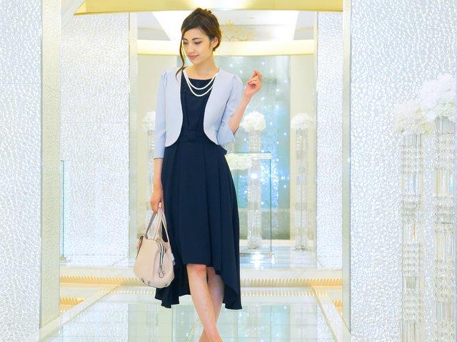 アシンメトリーのセミロング丈ドレスは、まさに最上級の上品さ