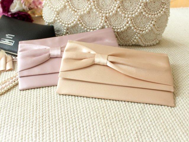ご祝儀袋は袱紗で包むのがマナー。