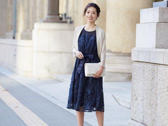 刺繍レースが愛らしいネイビードレス