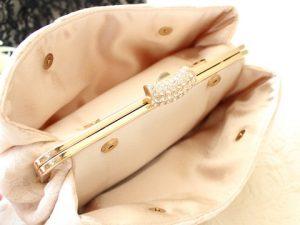 サイドポケットの収納力も魅力のクラッチバッグ