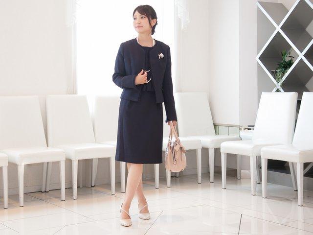 卒業式の母親スタイルは、バッグ、靴の色で華やかさをプラス
