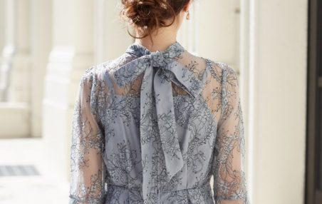 襟のボウタイがかわいいレースのドレス