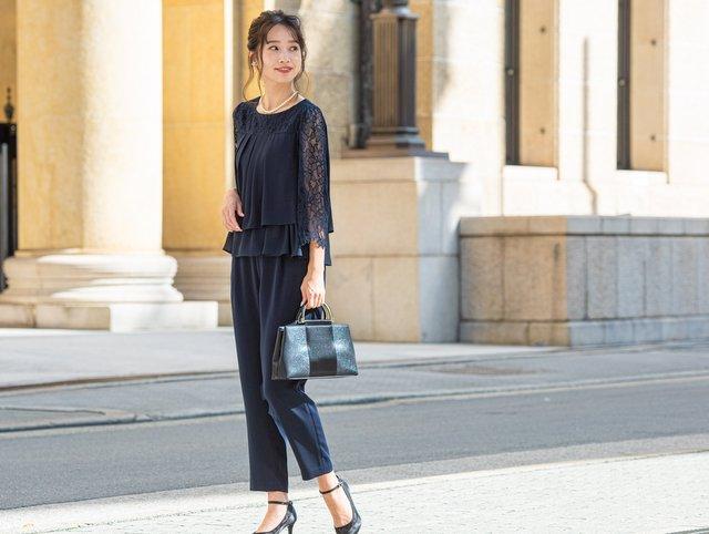 背が低めな人もスッキリ着こなせるレギュラーパンツドレス。