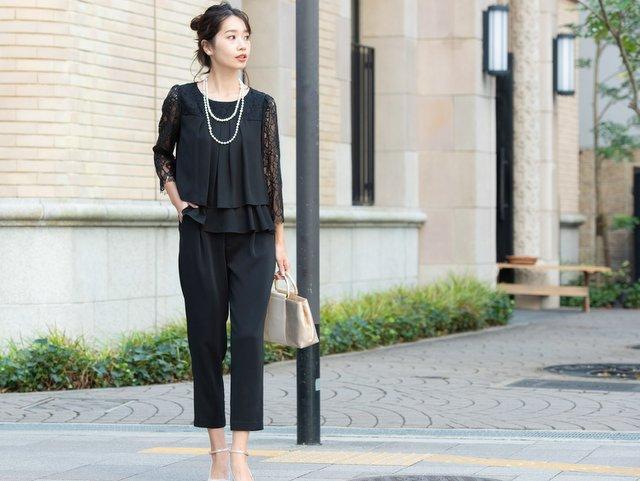 着まわし自在なブラックのパンツドレス。明るめのジャケットと合わせてもビシッと決まります♪