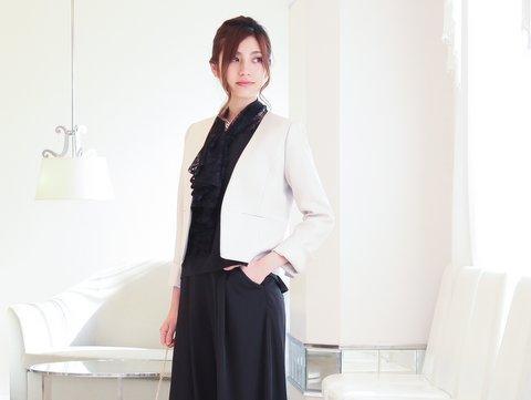 ブラックのパンツドレスにはベージュのジャケットが◎