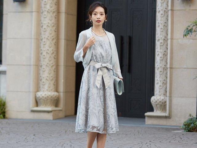 ネイビーは暗すぎる…という方におすすめな華やか大人カラーの刺繍ドレス。
