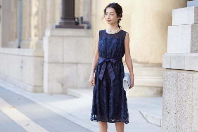 刺繍レースが美しいノースリーブドレス