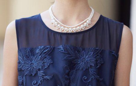 大きいサイズのドレスは、胸元の装飾が控えめなデザインのドレスを選ぶ!