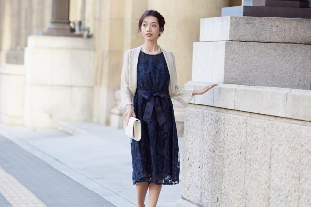刺繍レースが美しいネイビードレス
