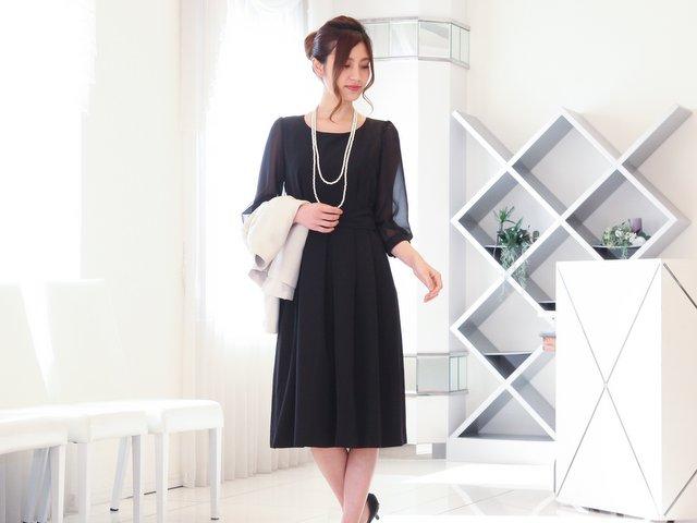 結婚式に最適!シンプルなデザインが魅力のブラックドレス。